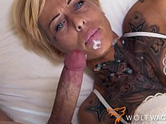 Tattooed mom with short see red enjoys XXX pepperoni on the blind date